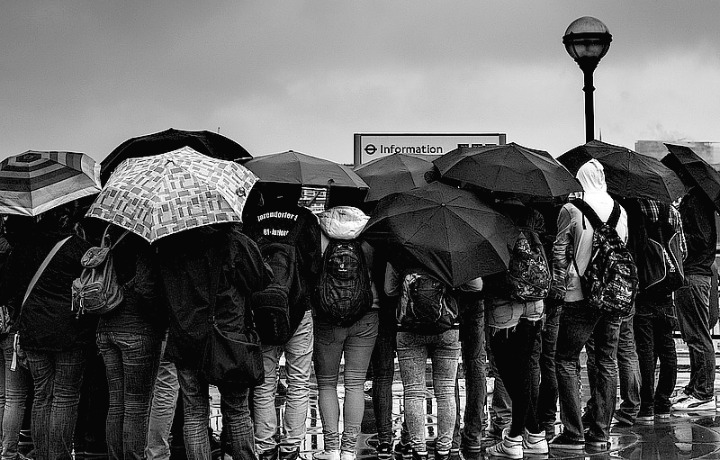 Queue in the rain - Visa planning