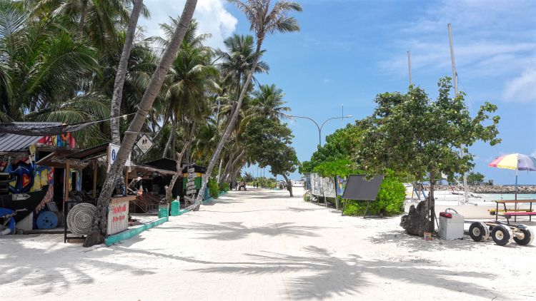 Main street along the water - Maafushi